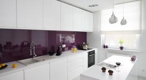 Biel w duecie z intensywnym, bakłażanowym fioletem doskonale pasuje do jasnej, przestronnej kuchni. Tworzy ciekawy i bardzo apetyczny zestaw.
