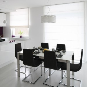 Krzesła w ciemnym, szarym kolorze stanowią doskonały kontrast z otaczającą je bielą. Fot. Bartosz Jarosz.