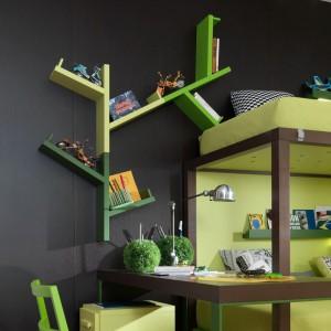 W zestawach mebli dla dzieci biurko często ulokowane jest przy łóżku. Fot. dearkids.it.
