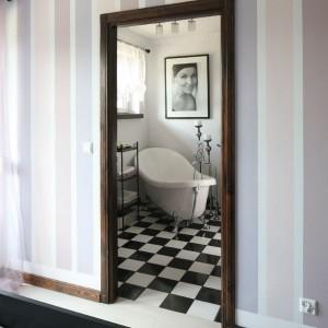 Niewielka przylegająca do sypialni właścicieli łazienka jest funkcjonalna i wygodna. Na zaledwie sześciu metrach mieści wszystko, czego potrzebuje kobieta oraz dodatkowo piec ukryty w drewnianej szafie. Fot. Bartosz Jarosz.
