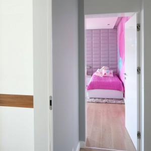 Dzięki kolorowym dekoracjom ściennym pokój dziewczynki jest widoczny już z korytarza. Fot. Archiwum Dobrze Mieszkaj.