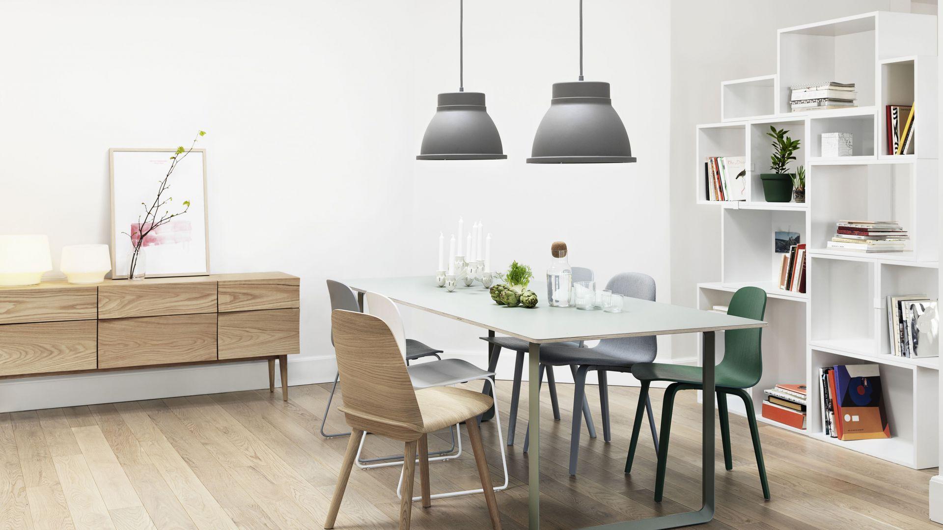 Lampy w wiosenno-letniej kolekcji marki Muuto. Na zdjęciu: lampa wisząca w industrialnym stylu w kolorze szarym. Fot. Muuto.
