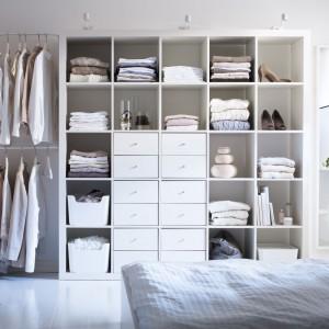 Garderobę na mniejszej przestrzeni możemy złożyć z poszczególnych elementów. Na zdjęciu regał Expedit z wkładami zawierającymi szuflady oraz przymocowane do ściany drążki na ubrania. Fot.Ikea.