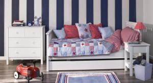 Projektant podpowiada jak w pokoju dziennym z aneksem kuchennym wyodrębnić pokój dla syna i małą sypialnię.