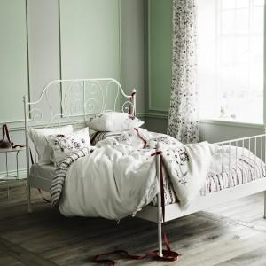 Biała, stalowa rama łóżka Leirvik świetnie sprawdzi się w sypialniach urządzonych w romantycznym stylu. Fot. Ikea.