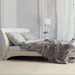 Białe, wysokie lampy o klasycznym kształcie zostały umieszczone na stolikach nocnych. Fot. Kler.