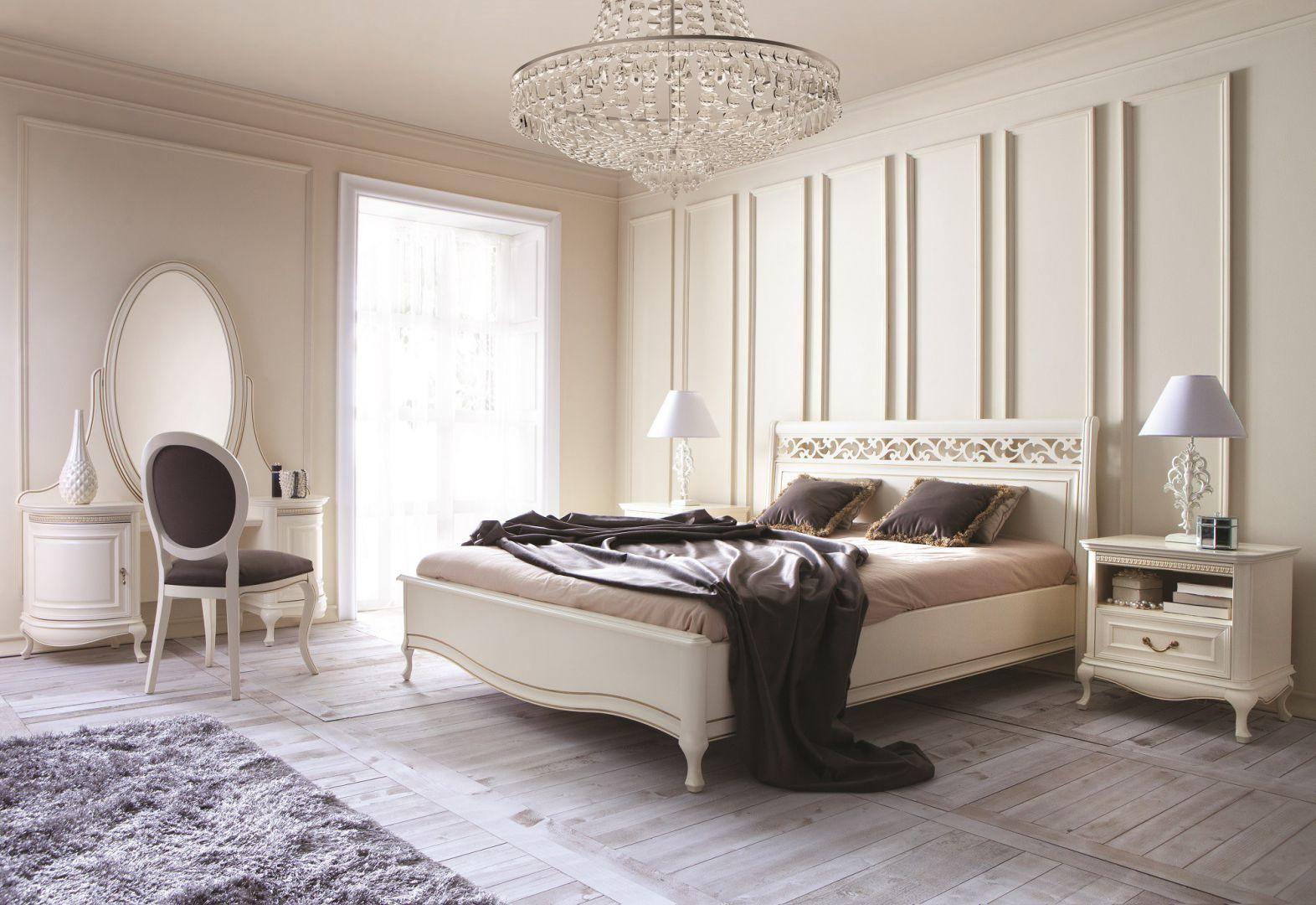 Klasyczne meble dodadzą romantycznej sypialni klasy i elegancji. Fot.Taranko.