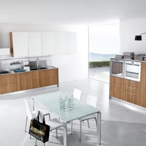 Na szczególną uwagę w tej nowoczesnej kuchni zasługuje oświetlenie zabudowy znajdującej się po prawej stronie stołu. Fot. Mobilegno.