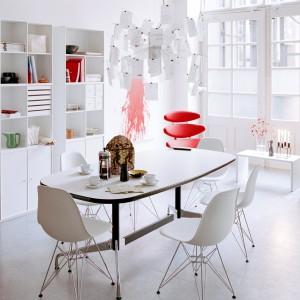 Lampa nad stołem swoim kształtem i kolorem doskonale wpisuje się w stylistykę wnętrza. Fot. Montana/SquareSpace.