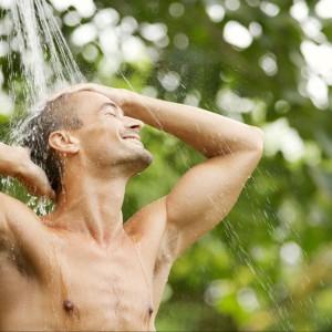 Prysznic przy basenie. 20 ciekawych rozwiązań