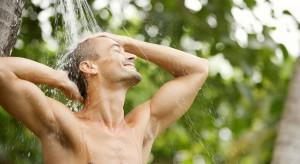 Jak basen, to koniecznie i prysznic! Podpowiadamy jak zrobić natrysk w ogrodzie.