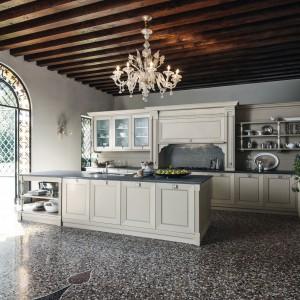 Niezwykle dekoracyjne jest w tej kuchni oświetlenie główne, które doskonale pasuje do klasycznego stylu zabudowy. Fot. Cesar.