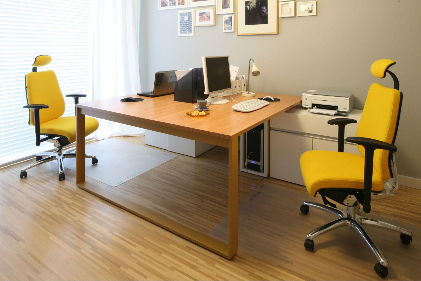 Nic tak nie rozjaśni biura jak żółty fotel obrotowy. Projekt: Luiza Jodłowska, fot. Bartosz Jarosz.