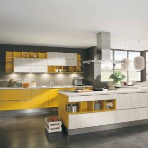 Meble kuchenne z kolekcji Sierra. Szafki w kolorze żółtym stanowią efektowny kontrast w połączeniu z białymi o fakturze imitującej kamień. Całość aranżacji dopełni kolor szary. Wycena indywidualna, Wellmann.