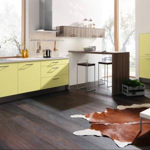 Meble kuchenne z programu IP 1200. Ze względu na małą ilość szafek idealne dla niewielkiej rodziny. Delikatny, żółty kolor zabudowy doskonale pasuje do jasnego, ciepłego wnętrza. Wycena indywidualna, Impuls.