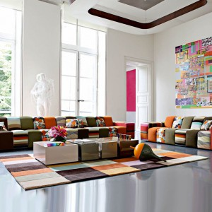 """Trend """"Folk w wielkim mieście"""". Patchworkowa sofa Roche Bobois w zupełnie współczesnym wnętrzu. Fot. Roche Bobois."""