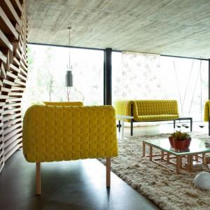 """Trend """"Żółty+szary"""". Kultowe żółte sofy Ligne Roset w otoczeniu betonu. Fot. Ligne Roset."""