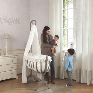 Zanim dziecko nauczy się siedzieć, zamiast łóżeczka można wykorzystać kołyskę. Fot. Casadeco.