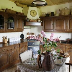 Kuchnia utrzymana jest w klimacie całego domu. Wkroczyły tu nowoczesne i funkcjonalne rozwiązania, ale w wydaniu stylizowanym na ubiegłe epoki. Piekarnik i płyta grzewcza pochodzą z kolekcji Retro marki Amica.  Fot. Bartosz Jarosz.