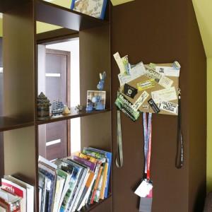 Regał i szafa tworzy swego rodzaju ścianę dzielącą wnętrze na dwie strefy. Fot. Archiwum Dobrze Mieszkaj.