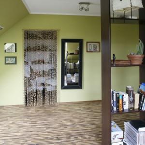 Ścianę w przestrzeni garderobianej zdobi praktyczne lustro.  Fot. Archiwum Dobrze Mieszkaj.