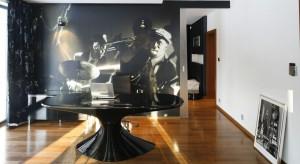 Charyzmatyczny saksofonista na fototapecie w oryginalny sposób podkreśla elegancki charakter domowego gabinetu. Zdradza też wyrafinowany gust muzyczny gospodarza oraz relaksacyjną funkcję tego pomieszczenia.