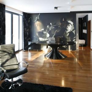 Na wygodnym fotelu przed telewizorem można się zrelaksować w przerwie pracy. Fot. Bartosz Jarosz.