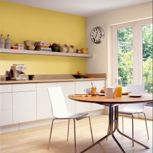 Emulsja lateksowa Dulux Kitchen&Bathroom do ścian i sufitów. Odporną na szorowanie. Farba tworzy trwałą powłokę odporną na działanie grzybów pleśniowych, a dzięki paro przepuszczalności umożliwia ścianom oddychanie. Rodzaj powłoki: matt i satin. Wydajność: do 18 m²/l. 76 zł/2,5 l, AkzoNobel.