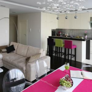 Kuchnia otwarta na salon. Zobacz stylową, kobiecą aranżację