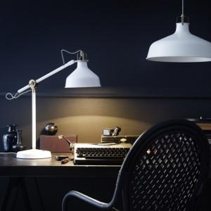 Oświetlenie gabinetu. Kolorowe lampy na biurko