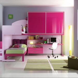 Intensywnie różowe fronty mebli nadają wnętrzu charakteru. Fot. Giessagi.