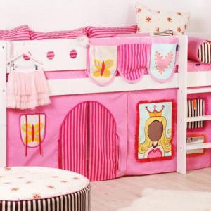 Łóżko zaadaptowane na domek do zabawy. Fot. scandikids.be.