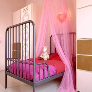 Baldachim to charakterystyczna dekoracja dziewczęcej sypialni. Fot. Dekoral.