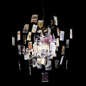 Lampa Bang Boom Zettel'z projektu Ingo Maurera. Na papierowych kartkach znalazły się sceny z komiksów. Fot. Ingo Maurer.