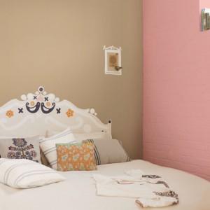 Jeśli spośród ofert producentów nie możemy znaleźć naklejki, która pasowałaby do naszej sypialni, możemy samodzielnie stworzyć oryginalny zagłówek. Na zdjęciu dekoracyjna forma pasującą do sypialni urządzonej w stylu folk.Fot. Dulux.