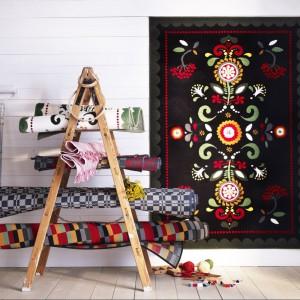 Wielobarwny dywan ÅKERKULLA. Fot. Ikea.