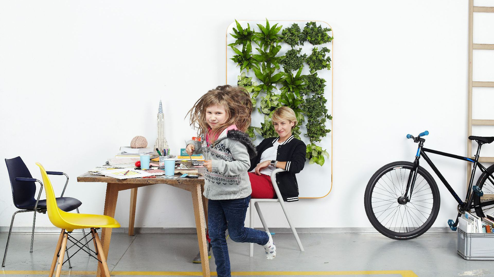 Florabox jest ruchomą ramą wypełniona zielenią, która jest miła dla oka, a także służy jako naturalny odświeżacz powietrza w domu lub w biurze. Producent: Florabo.