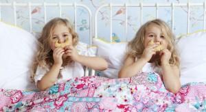 Kolory, wśród których przebywa maluch, mają ogromny wpływ na rozwój dziecka. Kształtują jego emocje, nastrój, jak również zachowanie. Warto więc o tym pamiętać aranżując pokój na