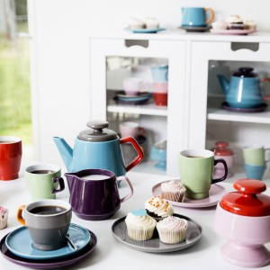 Seria naczyń POP niezbędnych podczas spotkania przy kawie lub herbacie – filiżanki, kubki i talerzyki, uzupełnione o dzbanek, mlecznik i cukiernicę. Kolekcja utrzymana jest w nieco komiksowej stylistyce retro. Filiżanka ze spodkiem – 59,90 zł, dzbanek – 149,90 zł, mlecznik lub nieduży dzbanek – 69,90 zł, talerz – 37, 90 zł, Sagaform/Fide.