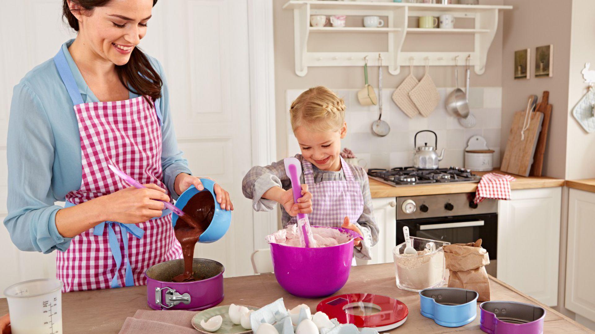 Kolorowe akcesoria do pieczenia i przygotowywania ciast od Tchibo. Tortownica otwierana o średnicy 18 cm – 29, 95 zł, miniaturowe formy w kształcie serc – 34,95 zł/2 sztuki, miski do miksowania z tworzywa sztucznego – 59,95 zł, skrobak do ciasta – 24,95 zł, waga kuchenna – 49, 95 zł.