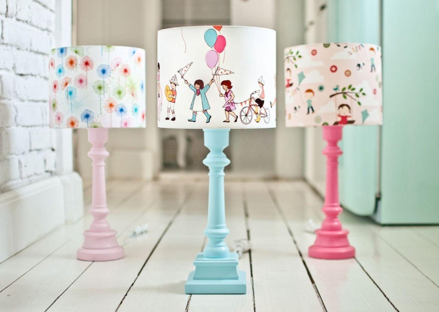 Pastelowe lampki z ilustrowanymi kloszami. Fot. Lamps&Co.
