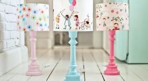 Oświetlenie w pokoju dziecka nie może być przypadkowe, gdyż właśnie ono zapewnia poczucie bezpieczeństwa. Szczególnie w nocy. Zobacz lampki, które nie tylko rozświetlą pokoik, ale staną się jego wesołą dekoracją.