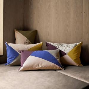 Poduszki Fusion Triangle w różnych kombinacjach kolorystycznych. Fot.Ferm Living.