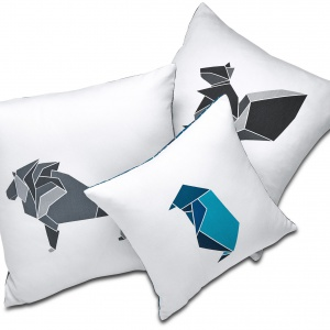 Poduszki z geometrycznymi wizerunkami pingwina, lwa i wiewiórki z  najnowszej kolekcji Fusion od Nendo. Fot. BoConcept.
