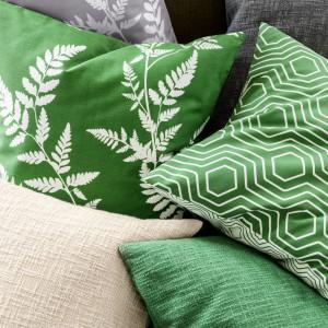 Poszewki na poduszkę z przędzy bouclé.  Fot.H&M Home.