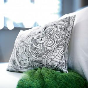Czarno-biała poduszka EIVOR, dostępna również w wersji kolorowej. Fot.Ikea.