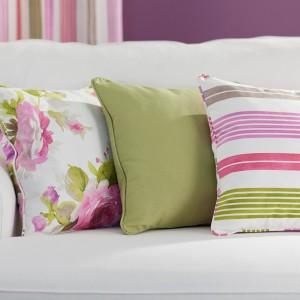 Poduszki z kolekcji Charlotte z oryginalnymi, kwiatowymi wzorami. Fot.Dekoria.