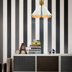 Artystycznie poukładane książki mogą być naturalną dekoracją gabinetu. Fot. Delightfull.