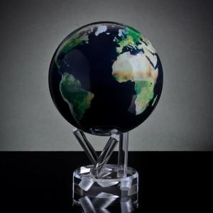 Biżuteryjny globus z mapą satelitarną marki Mova. Fot. globusy.eu.