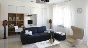 Dwupoziomowy apartament zamieszkuje kawaler - konseser muzyki. Nie bez powodu pokój dzienny zamieniono więc w prawdziwą świątynię audiofila.